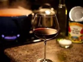 喝酒的幽默句子 女人在酒桌上的漂亮词